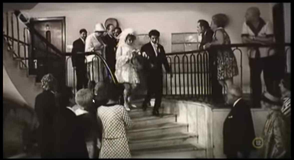 Az esküvőt kicsit hátráltatja a liftben talált fiatal nő hullája.