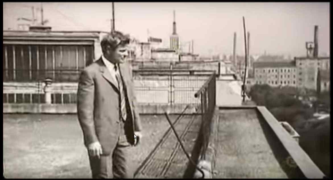 A nyomozót alakító Stanislaw Mikulski a tetőn.