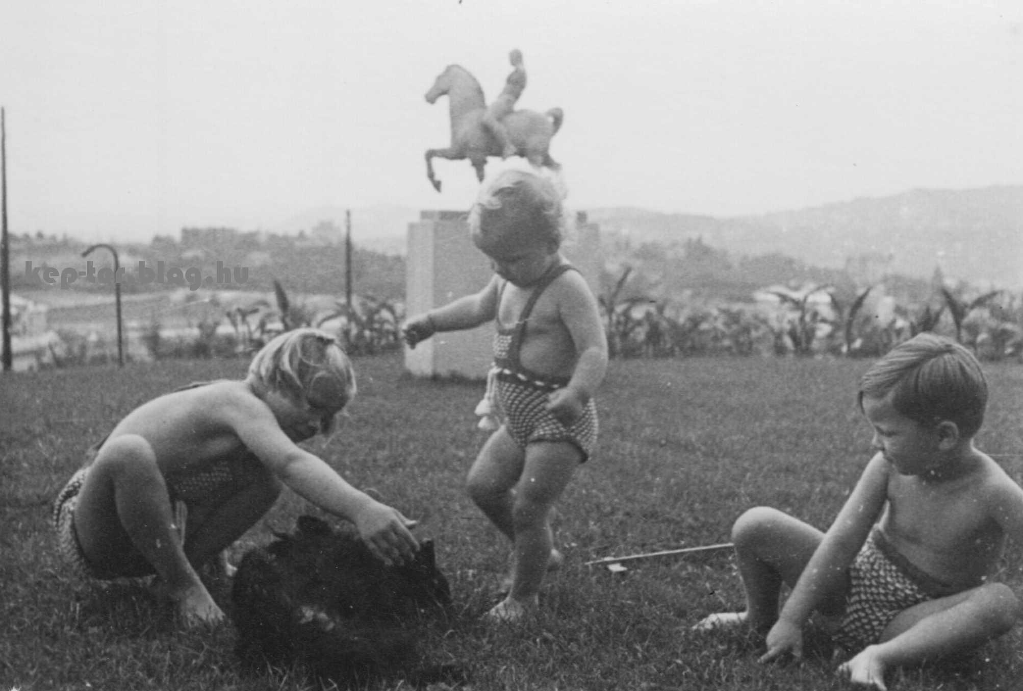 Medgyessy Ferenc alkotása a háttérben látható lovas szobor is, ami a második világháború után tűnt el, lásd még itt: https://www.kozterkep.hu/~/24960/Lovas_szobor_Budapest_1942.html