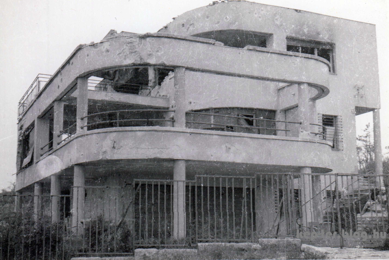 A villát a második világháborúban találatot kapott és kiégett.