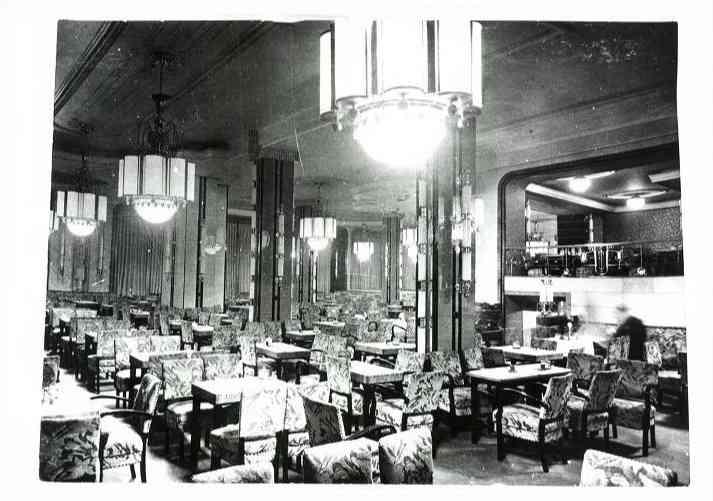 Az egykori Elysée kávéház belsejében. A bejárattól jobbra és balra is kávéház működött.