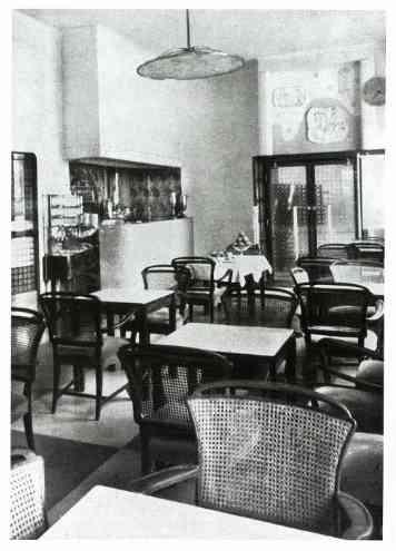 Az egykori Elysée kávéház belsejében.