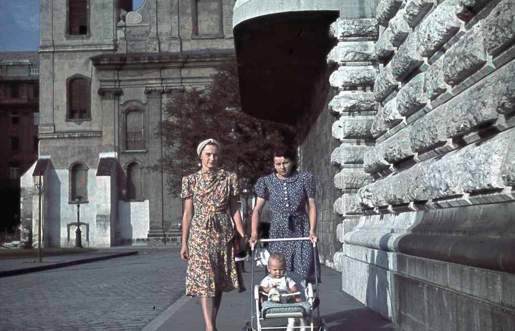Forrás: Fortepan. Ember Sári nagymamája (bal oldalt), a nevelőlány gyereksétáltatás közben a Március 15-e téren. 1940-es évek.