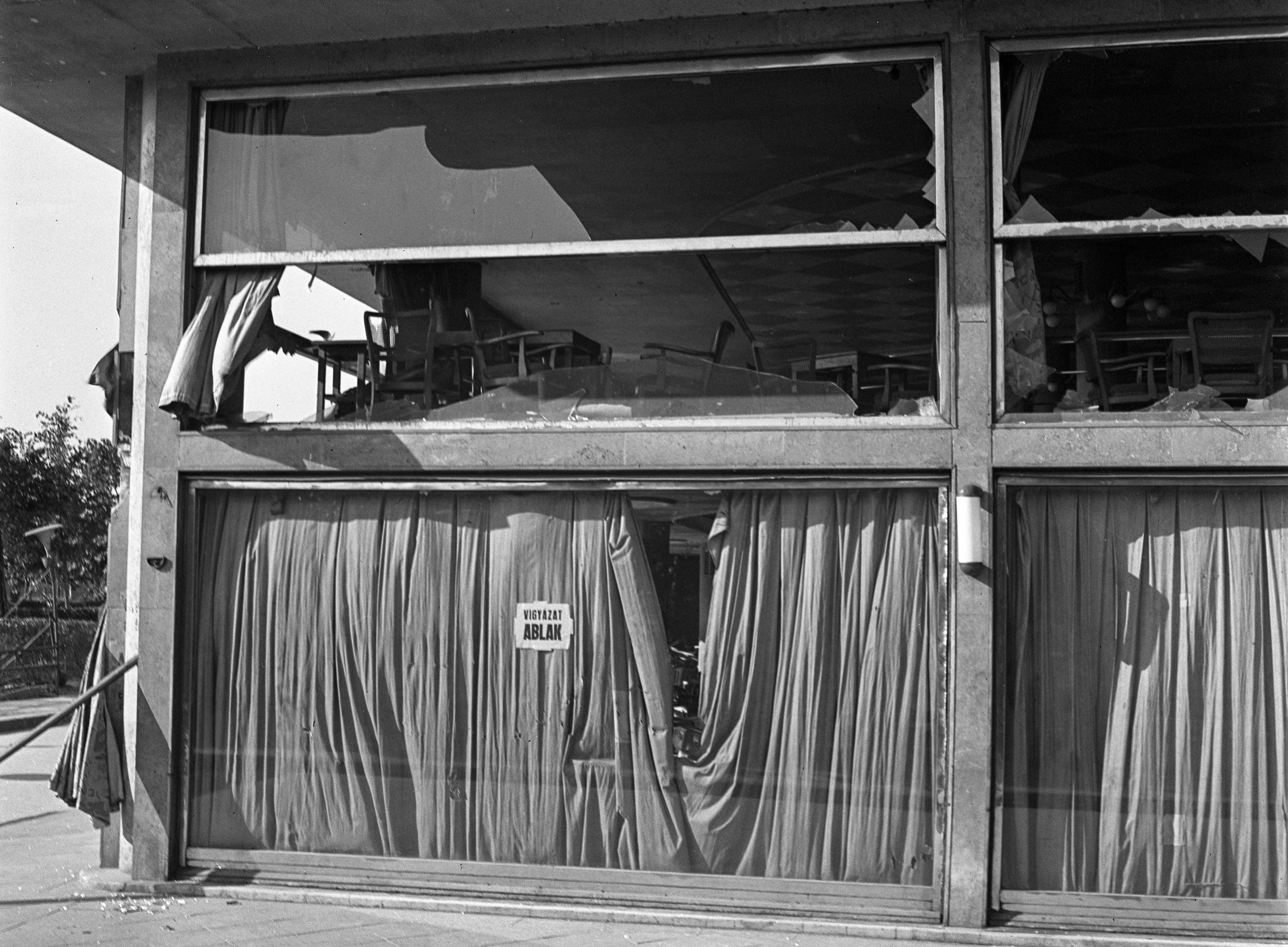 Forrás: Fortepan. A Dunapark Kávéház ablakai a bombázások idején.