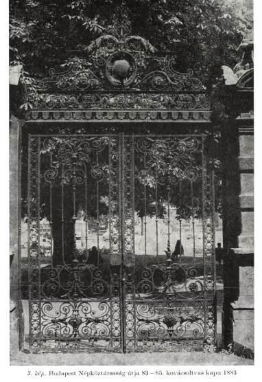 Az eredeti kovácsoltvas kaput Árkay Sándor készítette.