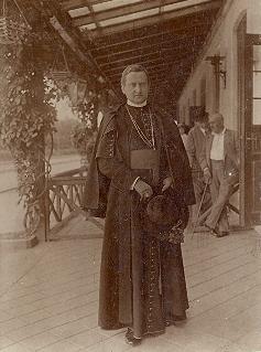 Gróf Mikes János szombathelyi püspök 1923 körül lett a bérház tulajdonosa.<br />A kép forrása: https://hu.wikipedia.org/wiki/Mikes_J%C3%A1nos