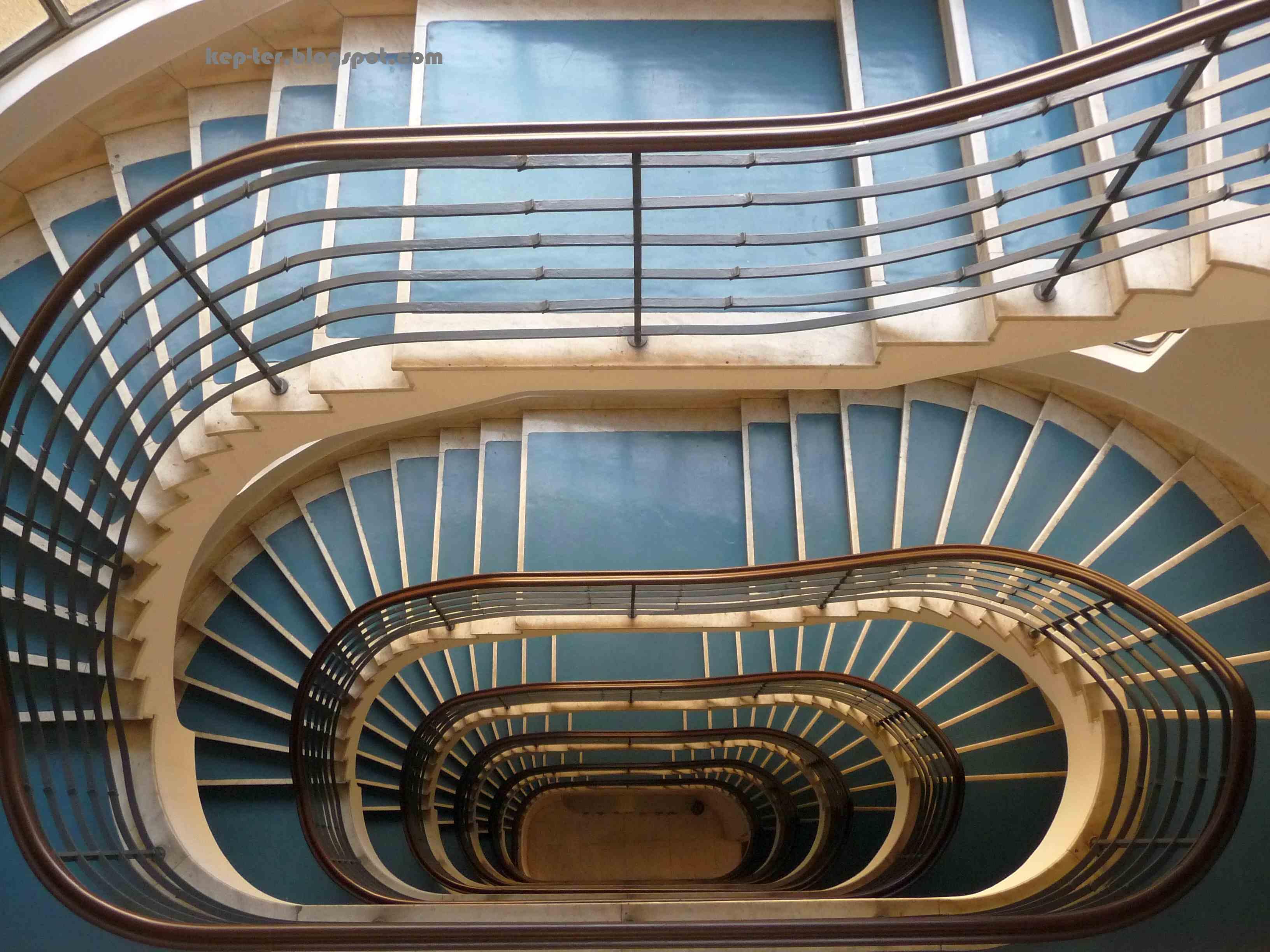 A 40-es számú ház lépcsőházát stadiongörbe alakú orsótér köré szerkesztették.