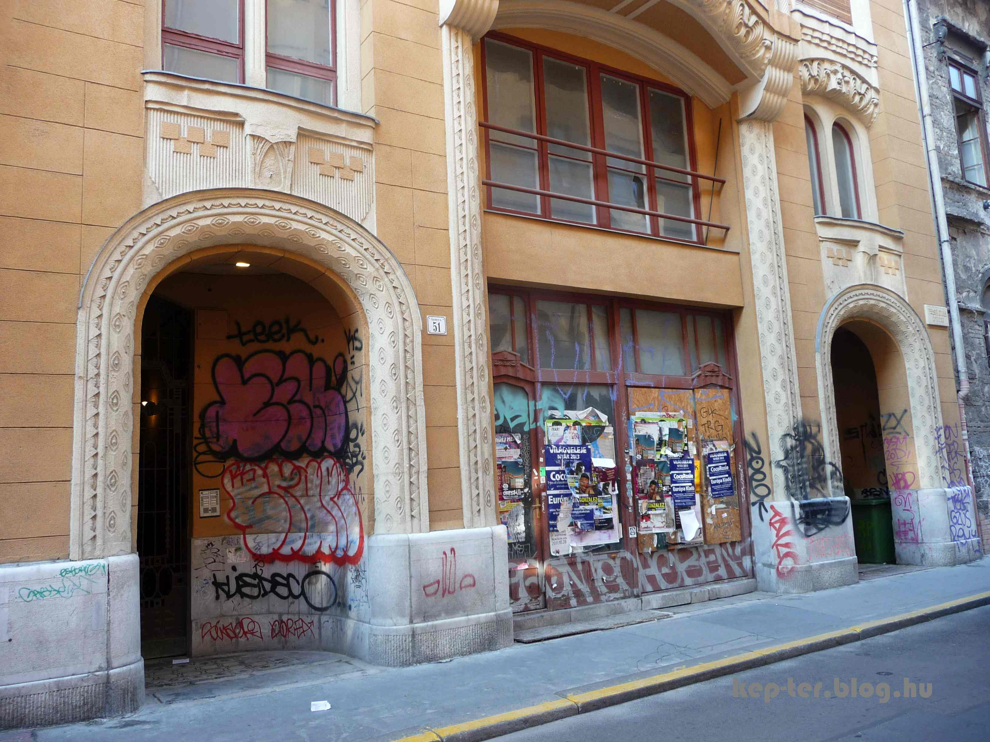 Ezt a képet még 2013-ban csináltam. A boltíves nyílásokba még nem szerelték fel a külső kapukat.