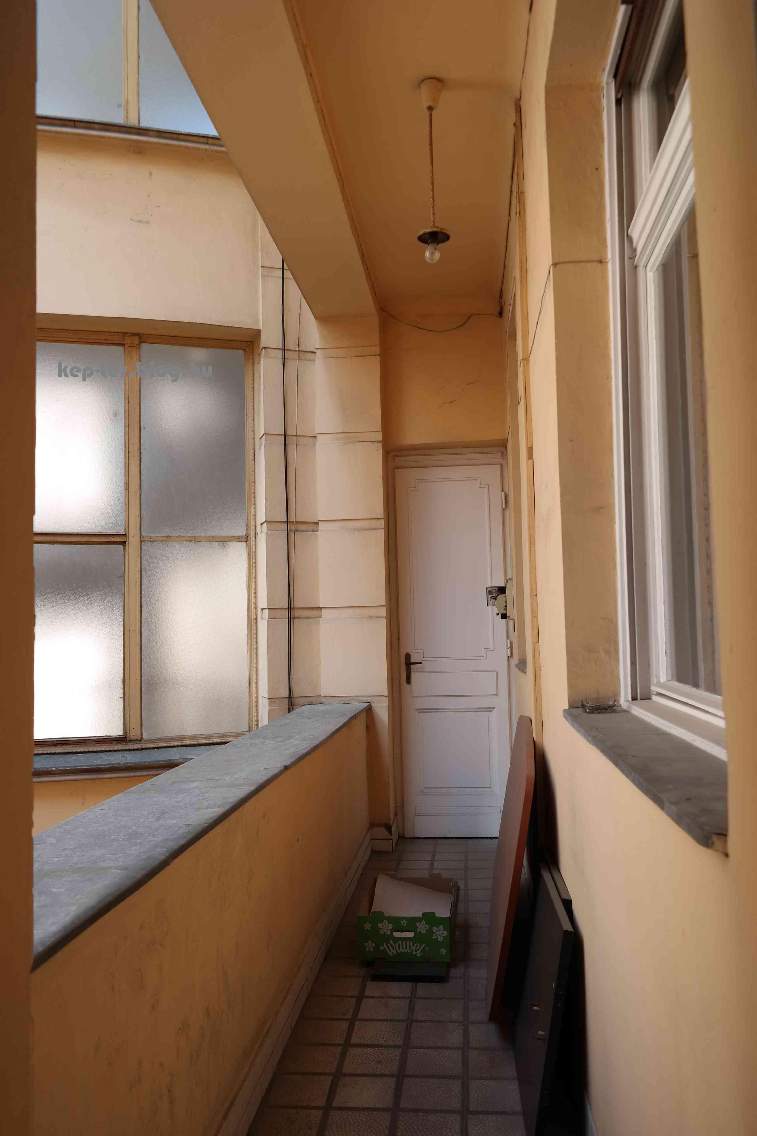 A lépcsőházból nyíló, a belső udvarra néző folyosókon át léptek a cselédek a lakás konyhájába illetve a cselédszobába.