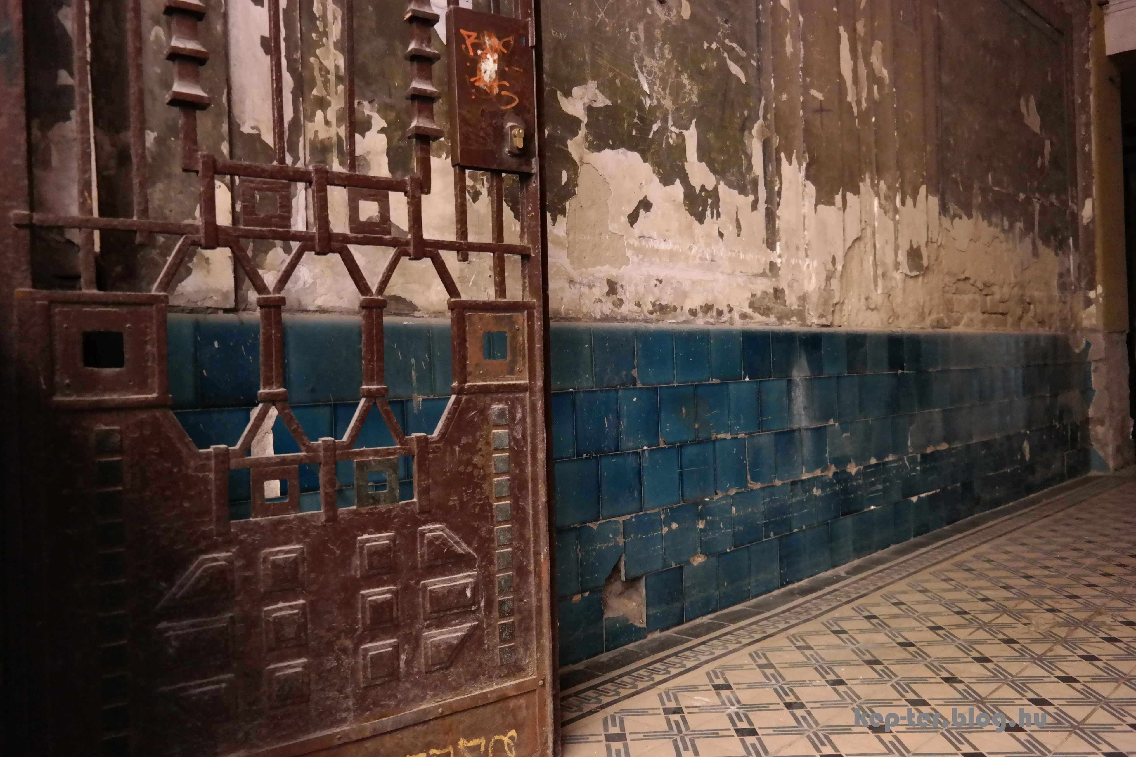 A régi kapu és a vesztibül a kék színű csempékkel.