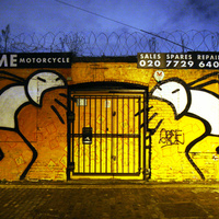 Godzilla méretű és vetkőző graffitisek lepték el Londont