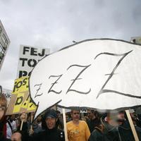 A semmit követelte röhögve a tüntető tömeg