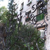 A panelház és a kovácsoltvas kerítés