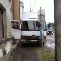 Buszmegállóban parkolni a járdán