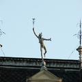 Rejtvény - melyik épületen áll ez a szobor?