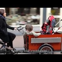 Nyakkendőben biciklizik Budán a holland nagykövet