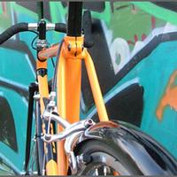 A futár szedte ki a tolvaj alól a bringát