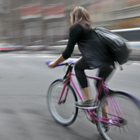 Biciklis csajokat tapiznak a (ál)pizzafutárok