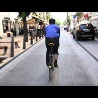 Ingyen biciklivel kampányol a belvárosi szocialista polgármesterjelölt