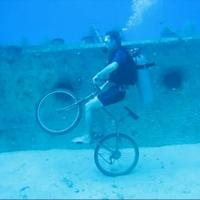 Víz alatt nehéz kunsztokat csinálni