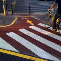 Színes vonalakat gányoltak a bicikliútra