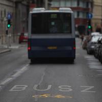 Beengedték a bicikliseket a Fő utcai buszsávba