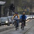 A biciklisek nem akarnak a villamossínen meghalni