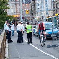 Egymást kerülgetik a kutyagoló kerékpárosok a Margit hídon