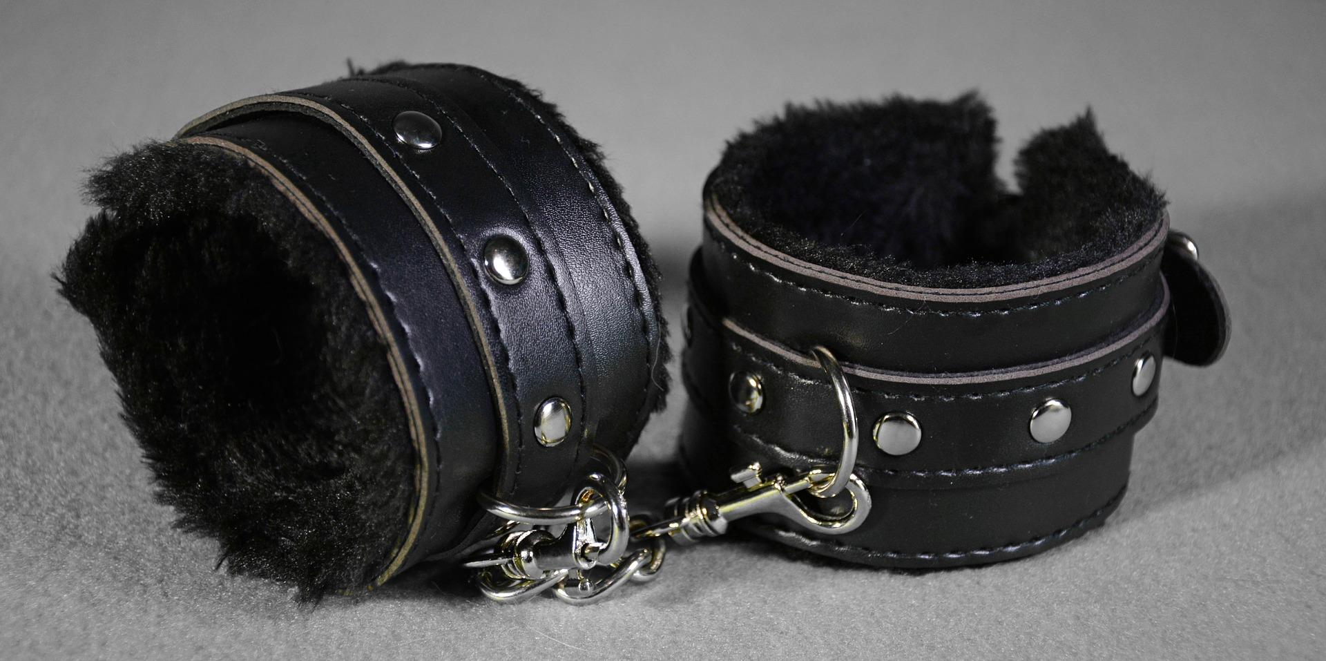 handcuffs-2726660_1920.jpg
