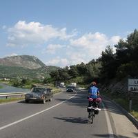A fekete kondenzcsíkot húzó albán mercik