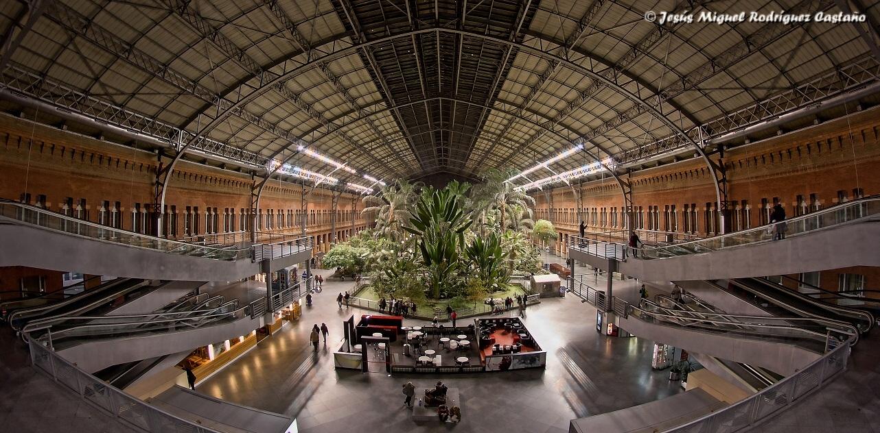 Az impozáns épületbelső a kilencvenes évek elején még nightcluboknak, kávézóknak, üzleteknek is helyet adott, mára azonban a trópusi kert a fő attrakció