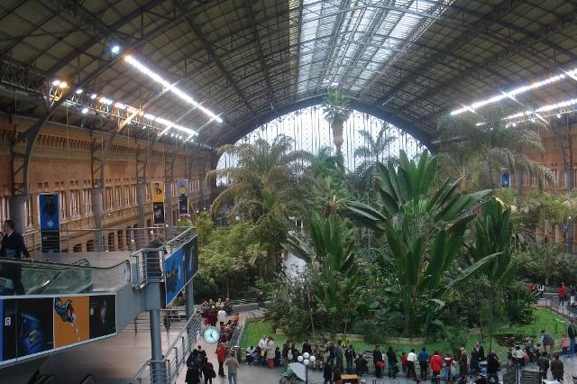 Maga az épület is érdekes, tetőszerkezete főként acél és üveg alkotóelemekből készült, a tervezésben pedig Gustav Eiffel is részt vett