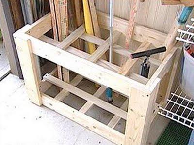 Maradék faanyagból és egy marék szögből dobható össze a rácsos láda, amiben kisebb-nagyobb szerszámok, és kegyéb kerti felszerelések rendezetten tárolhatóak.