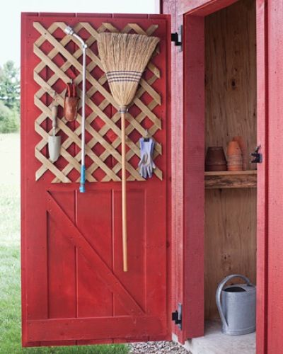 A kamra, fészer ajtaja is alkalmas pár eszköz tárolására, hogy ne az ajtót szegeljük össze, egy apácarácsot erősítsünk rá.