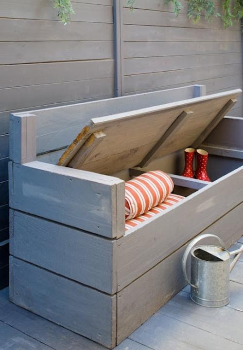 Végül pedig egy tárolási tipp, ha egybeolvasztjuk a balkon ülőalkalmatosságát a tárolóval, akkor a szerszámok nem lesznek szem előtt, könnyen elérhetők, és nem koszolnak a lakásban!