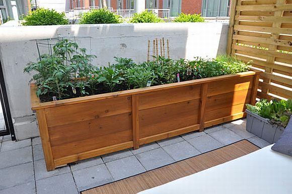 Praktikus az emelt ágyás a balkonokra is, a nagyobb mennyiségű föld nehezebben szárad ki, terebélyesebb gyökérzetű zöldségek is telepíthetőek bele, ráadásul mutatós dekorációs elem is lehet.