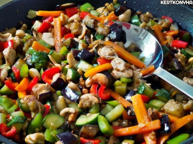Serpenyős színes zöldségek