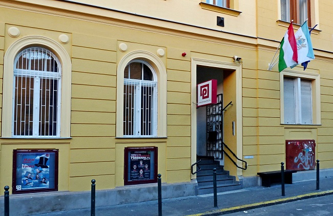 entrance_of_pincesznhz_in_budapest-1.jpg