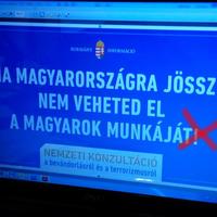 Elrontotta a kormány az írásjelet a plakáton