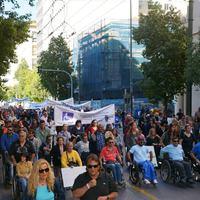 """""""Ne velünk fizettessék meg mások hibáit!"""" – fogyatékos emberek szervezetei tiltakoznak Európa-szerte"""