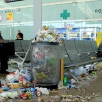 Így néz ki egy repülőtér, ha sztrájkolnak a takarítók