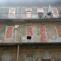 Két nap haladék a semmire – nincs hová menniük a ferencvárosi önkényes lakásfoglalóknak