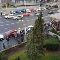 Egy órára leállnak az iskolák! - Élőben a tanárok tiltakozásáról