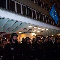 Elég volt!  Beintegetett a jövő Áder János és Orbán Viktor ablakán