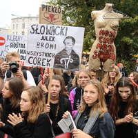 Előre az orbáni úton: házkutatást tartott nőjogi civil szervezeteknél a lengyel rendőrség