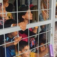 Lényegében magyar börtönbe zárna minden menekültet a Fidesz