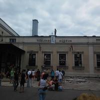Ligetvédők másztak fel a lebontásra ítélt Közlekedési Múzeumra (ÉLŐ)
