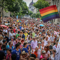 Jobb nem lesz tőle senkinek, de azért rátámad az azonos nemű párokra saját kormányuk