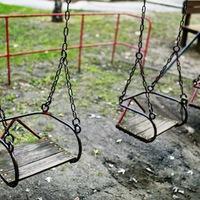 A gyermekeink életével játszanak – borzasztó állapotok a játszótereken
