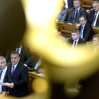 Orbán a menekültekkel menekül a valóság elől